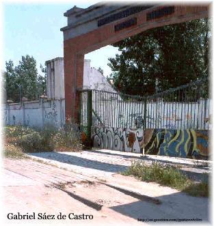 Restos de Raíles del Almorox frente al antiguo Regimiento de Zapadores Ferroviarios de Campamento, Colaboración de D.Gabriel Sáez de Castro.-