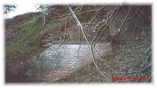Restos del Basamento del inconcluso puente del Ferrocarril Militar sobre el Río Guadarrama.-