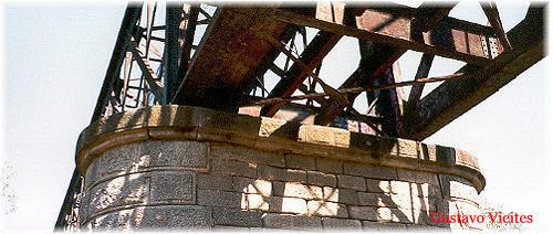 Pilar Central del Puente Guadarrama.-